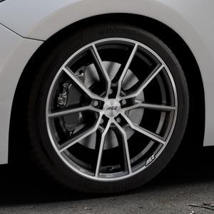 AEZ Raise Gunmetal polished Felge mit Reifen grau silber mehrfarbig in 18Zoll Alufelge auf silbernem Mazda 3 (13-) Stufenheck (BM) Sport (17-) Facelift Fließheck ⬇️ mit 15mm Tieferlegung ⬇️ Industriehalle 1 Thumbnail