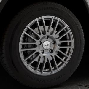 AEZ Strike Graphite matt Felge mit Reifen grau in 18Zoll Winterfelge Alufelge auf silbernem Jeep Grand Cherokee IV Typ WK ⬇️ mit 15mm Tieferlegung ⬇️ Industriehalle 1 Thumbnail
