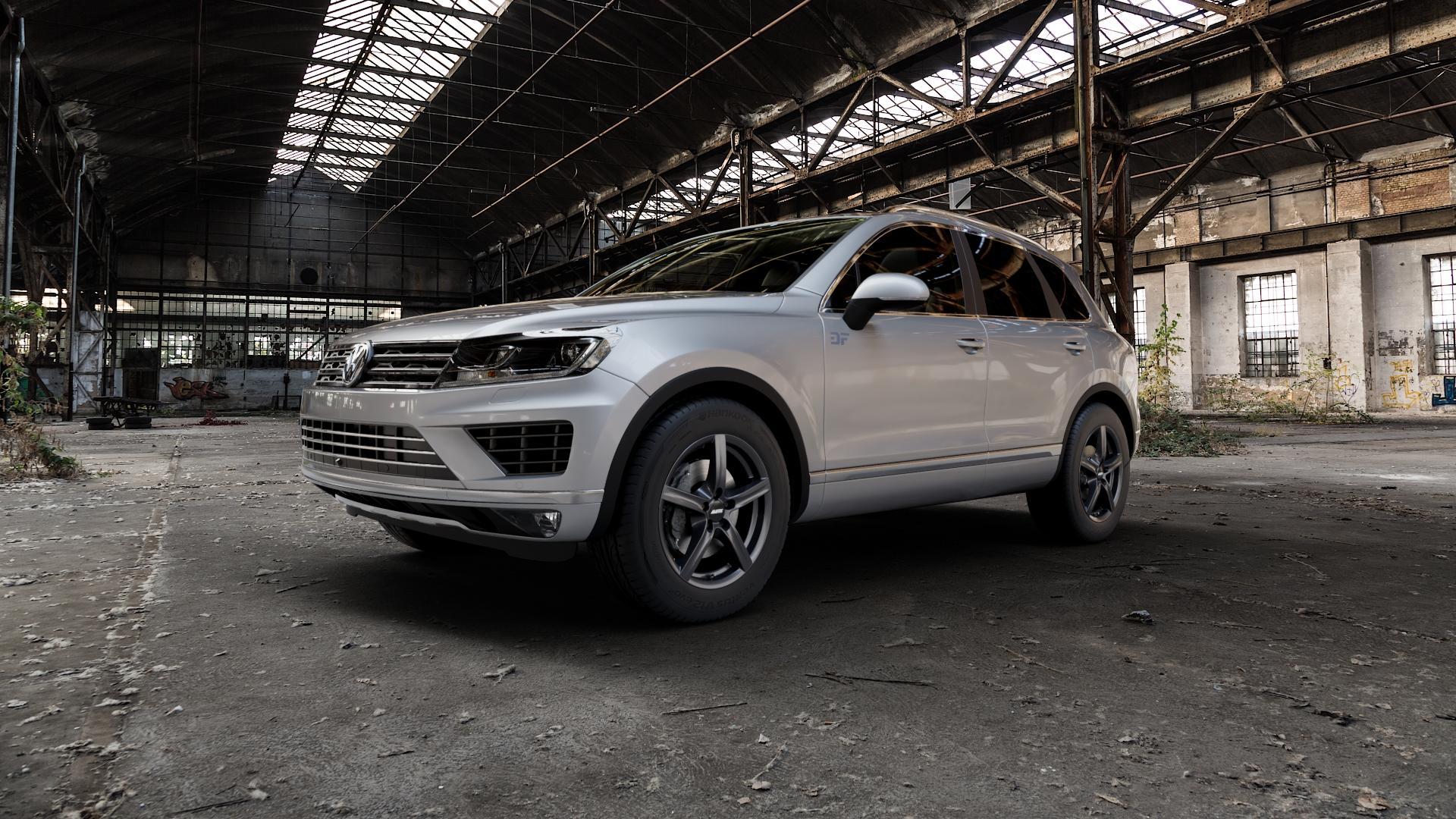 ALUTEC Grip graphit Felge mit Reifen grau in 17Zoll Winterfelge Alufelge auf silbernem Volkswagen (VW) Touareg II Typ 7P Facelift ⬇️ mit 15mm Tieferlegung ⬇️ Industriehalle 1 Camera_000