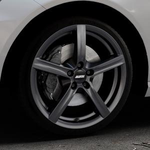 ALUTEC Grip graphit Felge mit Reifen grau in 18Zoll Winterfelge Alufelge auf silbernem Mercedes E-Klasse Typ W212 Limousine ⬇️ mit 15mm Tieferlegung ⬇️ Industriehalle 1 Thumbnail