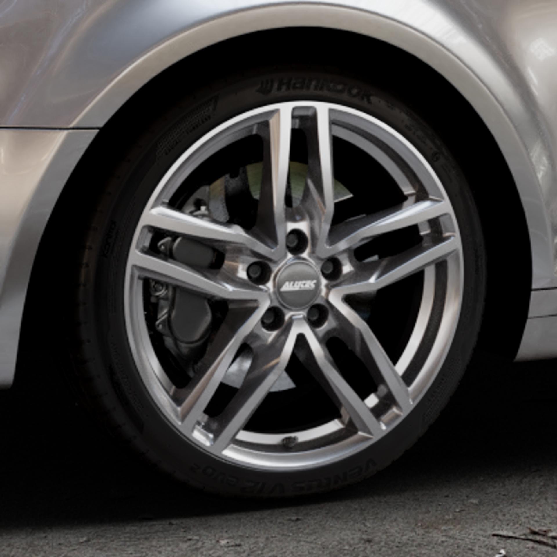 ALUTEC Ikenu metal-grey Felge mit Reifen grau in 18Zoll Winterfelge Alufelge auf silbernem Audi A3 Typ 8P (Sportback) 1,6l 75kW (102 PS) 2,0l FSI 110kW (150 1,9l TDI 77kW (105 103kW (140 TFSI 147kW (200 85kW (116 100kW (136 1,8l 118kW (160 125kW (170 1,4l 92kW (125 120kW (163 quattro 3,2l V6 184kW (250 S3 195kW (265 1,2l 66kW (90