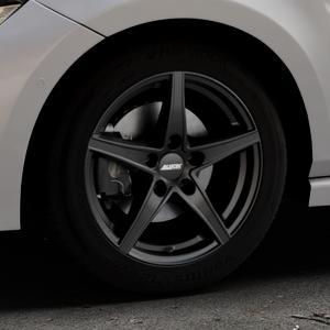 ALUTEC Raptr racing-schwarz Felge mit Reifen in 16Zoll Winterfelge Alufelge auf silbernem Volkswagen (VW) Polo VI Typ AW ⬇️ mit 15mm Tieferlegung ⬇️ Industriehalle 1 Thumbnail