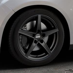 ALUTEC Raptr racing-schwarz Felge mit Reifen in 17Zoll Winterfelge Alufelge auf silbernem Ford Focus III Typ DYB Facelift (Schrägheck) ⬇️ mit 15mm Tieferlegung ⬇️ Industriehalle 1 Thumbnail