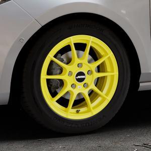 AUTEC Wizard Atomic Yellow Felge mit Reifen gelb in 15Zoll Winterfelge Alufelge auf silbernem Ford Fiesta VII Typ JHH ⬇️ mit 15mm Tieferlegung ⬇️ Industriehalle 1 Thumbnail