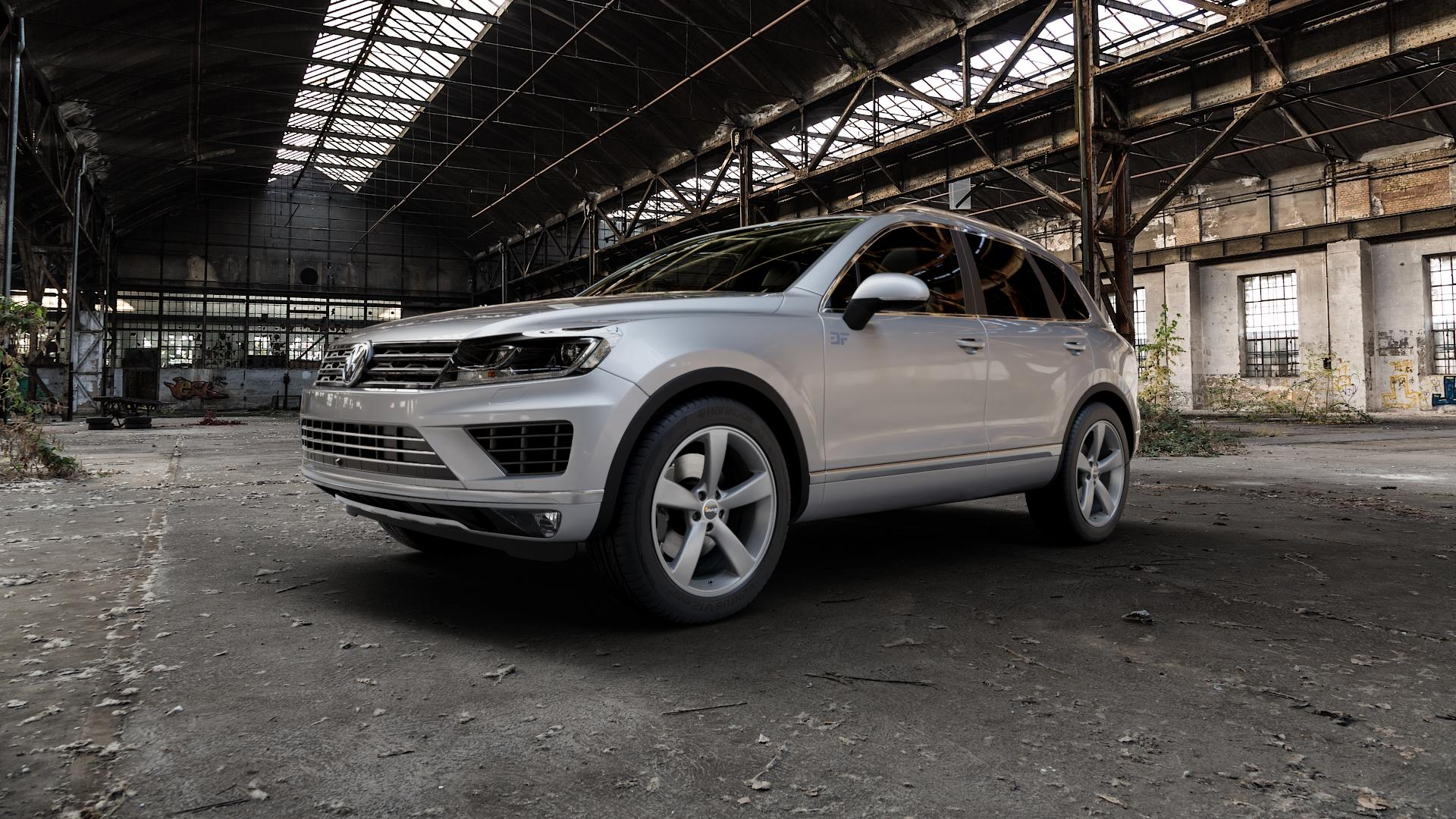 AVUS Racing AF10 MATT ANTHRACITE Felge mit Reifen grau anthrazit in 20Zoll Winterfelge Alufelge auf silbernem Volkswagen (VW) Touareg II Typ 7P Facelift ⬇️ mit 15mm Tieferlegung ⬇️ Industriehalle 1 Camera_000