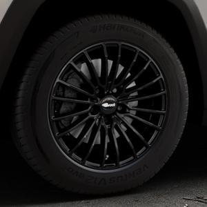 Brock B24 schwarz lackiert Felge mit Reifen in 17Zoll Winterfelge Alufelge auf silbernem Jeep Cherokee Typ KL Trailhawk ⬇️ mit 15mm Tieferlegung ⬇️ Industriehalle 1 Thumbnail