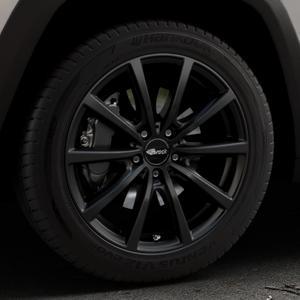 Brock B32 schwarz-matt lackiert Felge mit Reifen in 18Zoll Winterfelge Alufelge auf silbernem Jeep Cherokee Typ KL Trailhawk ⬇️ mit 15mm Tieferlegung ⬇️ Industriehalle 1 Thumbnail