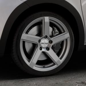 DOTZ CP5 Graphite matt Felge mit Reifen grau in 17Zoll Winterfelge Alufelge auf silbernem Renault Twingo III Typ AH ⬇️ mit 15mm Tieferlegung ⬇️ Industriehalle 1 Thumbnail