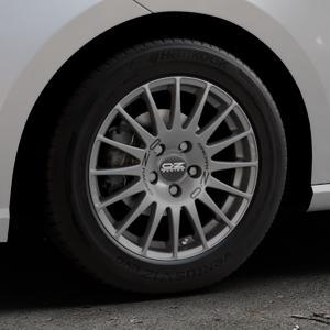 OZ RACING SUPERTURISMO GT GRIGIO CORSA Felge mit Reifen silber in 15Zoll Winterfelge Alufelge auf silbernem Seat Ibiza V Typ KJ ⬇️ mit 15mm Tieferlegung ⬇️ Industriehalle 1 Thumbnail