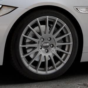 OZ RACING SUPERTURISMO GT GRIGIO CORSA Felge mit Reifen silber in 18Zoll Winterfelge Alufelge auf silbernem Jaguar XE Typ JA ⬇️ mit 15mm Tieferlegung ⬇️ Industriehalle 1 Thumbnail