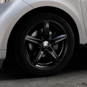 RC Design RC24 schwarz-matt lackiert Felge mit Reifen in 15Zoll Winterfelge Alufelge auf silbernem Smart Forfour II (453) ⬇️ mit 15mm Tieferlegung ⬇️ Industriehalle 1 Thumbnail