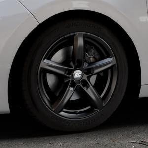 RC Design RC24 schwarz-matt lackiert Felge mit Reifen in 16Zoll Winterfelge Alufelge auf silbernem Peugeot 208 Typ C ⬇️ mit 15mm Tieferlegung ⬇️ Industriehalle 1 Thumbnail