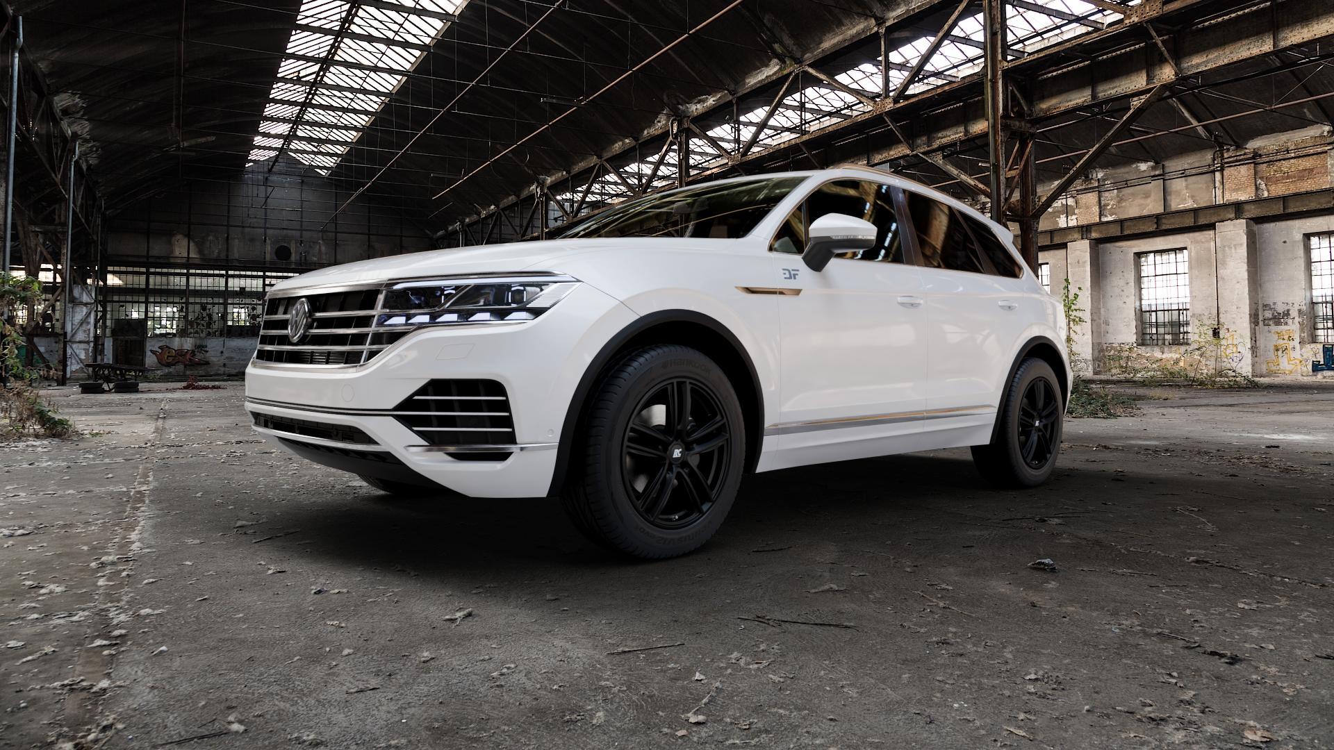 RC Design RC27 schwarz-matt lackiert Felge mit Reifen in 19Zoll Winterfelge Alufelge auf weissem Volkswagen (VW) Touareg III Typ CR ⬇️ mit 15mm Tieferlegung ⬇️ Industriehalle 1 Camera_000