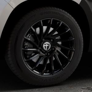 TOMASON TN16 Black painted Felge mit Reifen schwarz in 17Zoll Winterfelge Alufelge auf silbernem Dacia Duster Typ SR ⬇️ mit 15mm Tieferlegung ⬇️ Industriehalle 1 Thumbnail