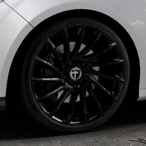 TOMASON TN16 Black painted Felge mit Reifen schwarz in 19Zoll Winterfelge Alufelge auf silbernem Ford Focus III Typ DYB (Schrägheck) (Stufenheck) Facelift ⬇️ mit 15mm Tieferlegung ⬇️ Industriehalle 1 Thumbnail