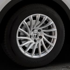 TOMASON TN16 Bright Silver Felge mit Reifen silber in 17Zoll Winterfelge Alufelge auf silbernem Audi Q5 II Typ FY ⬇️ mit 15mm Tieferlegung ⬇️ Industriehalle 1 Thumbnail
