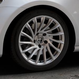 TOMASON TN16 Bright Silver Felge mit Reifen silber in 17Zoll Winterfelge Alufelge auf silbernem Volkswagen (VW) Golf 7 ⬇️ mit 15mm Tieferlegung ⬇️ Industriehalle 1 Thumbnail